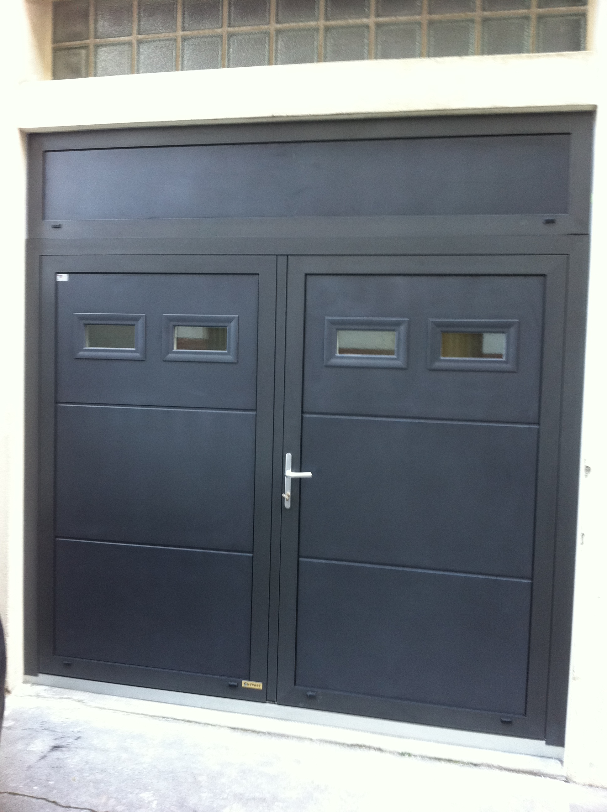 Porte de garage pour maison individuelle par bonno ouvertures for Porte 2 battants interieur