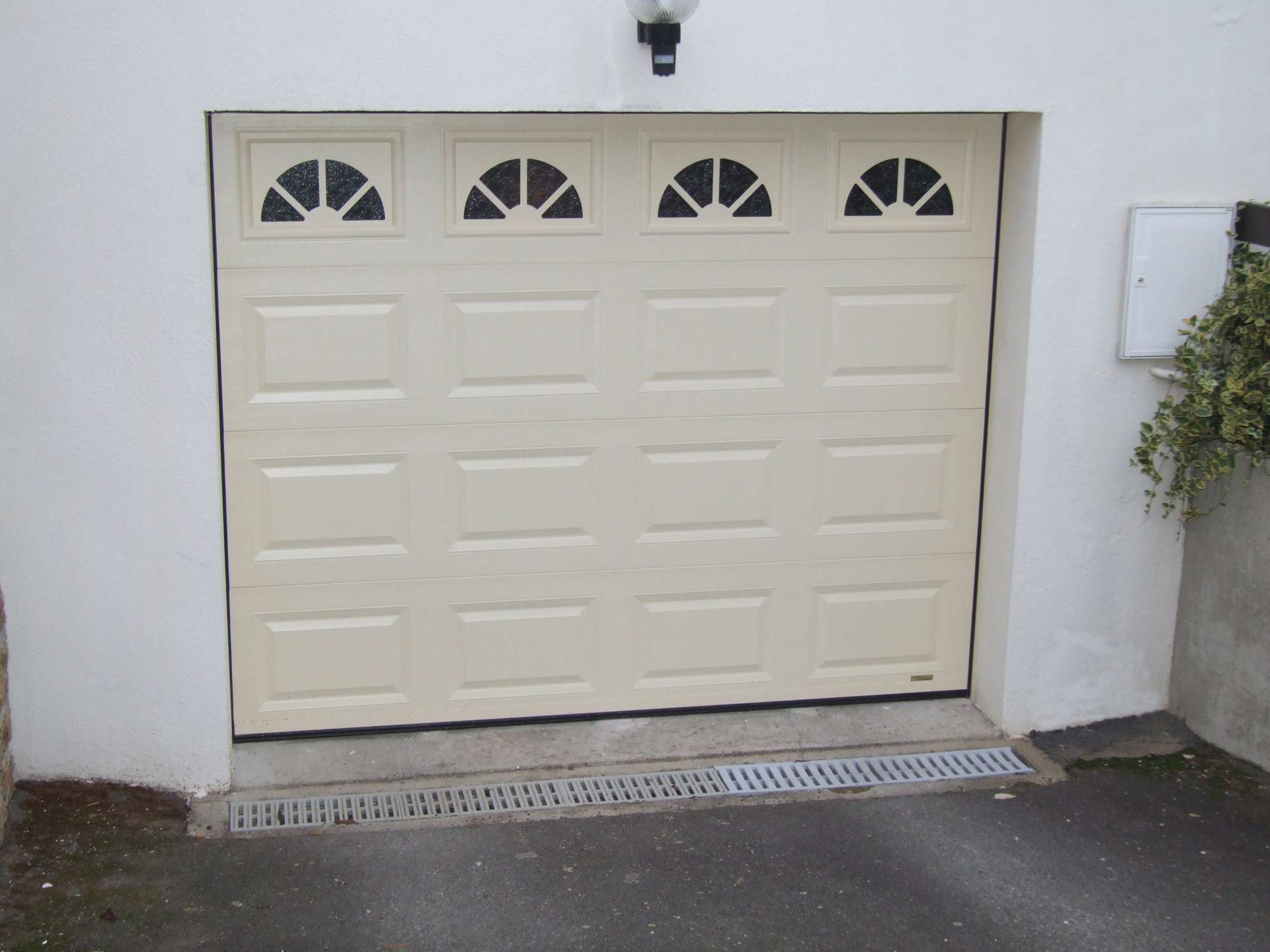 Porte de garage pour maison individuelle par bonno ouvertures for Porte de garage cannes