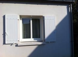 Volets battants PVC blanc avec pentures blanches