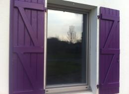 Volets battants bois violet avec barres et écharpes